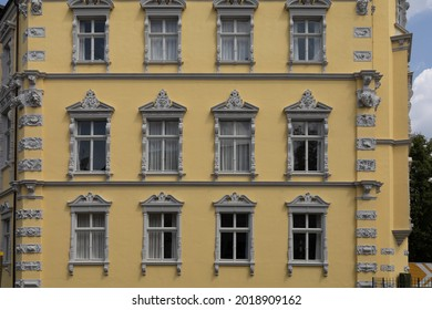 Gebaeude mit Fassade als Hintergrund in gelber Farbe