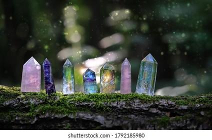 Kristalle, Nahaufnahme auf unscharfem grauem Hintergrund. künstlerischer Rauschfilter. flache Tiefe. weicher selektiver Fokus