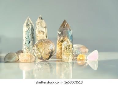 Edelsteine Kristallminerale zur Entspannung und Meditation auf abstraktem Hintergrund. weicher selektiver Fokus.Nahaufnahme. flache Tiefe