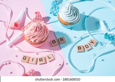 Geschlechterpartei. Junge oder Mädchen. zwei Cupcakes mit blauer und rosafarbener Creme, ein Fest-Konzept, wenn das Geschlecht des Kindes bekannt wird