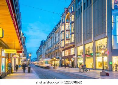 6f60994a GENEVA, SWITZERLAND - February 6, 2018: Old town Geneva city at night in