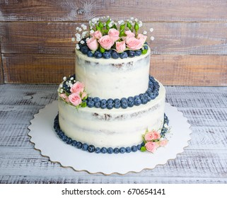 Gentle wedding cake with blueberry and roses