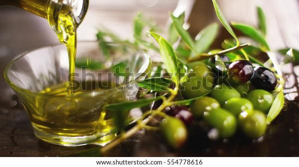 Chính hãng dầu hữu cơ Ý lạnh ép trong chuyển động chậm rơi trên bánh mì hữu cơ. khái niệm về thiên nhiên và thực phẩm lành mạnh, lành mạnh và tự nhiên. ô liu tươi và dầu Tuscan Ý