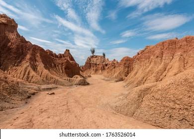 Formaciones geológicas con textura y cielo azul. Desierto de Tatacoa, Colombia.