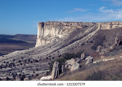 Geology. Powerful 100-meter calcareous rock (chalk cliffs, downs, marls) 80 million years of age, Cretaceous. Final part of Cuesta. Eolian and water erosion on walls, apron, alluvial fan, denudation