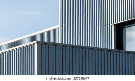 geometrische architectonische lijnen van een industrieel gebouw