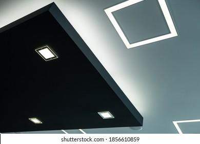 Geometrische Konstruktion der Kellermaden mit Trockenwand und mit modernem ökonomischem LED-Licht.
