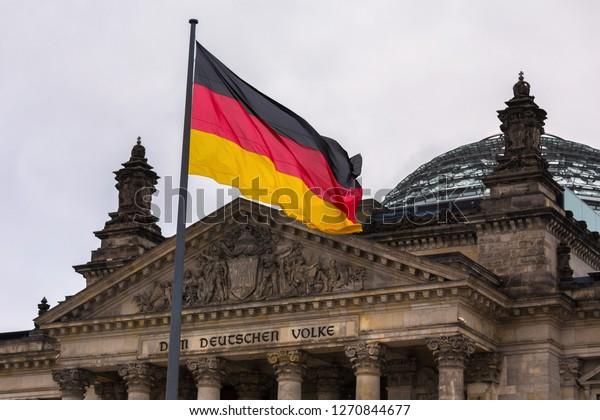 eine deutsche Fahne, die in der Nähe des deutschen Reichtstags schwebt