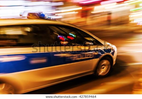 La voiture de police allemande la nuit en mouvement floue