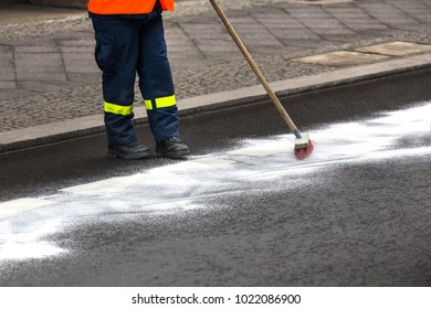 german thw eliminating oil traces on a street