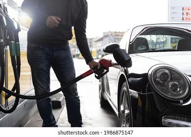 NüRNBERG, GERMANY - Mar 26, 2021: Ein Mann betankt an einer Tankstelle seinen Sportwagen