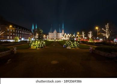 LüBECK, GERMANY - Nov 24, 2020: Ein Blick auf das Wunderschoene Weihnachtsdekoration am Holstentorplatz in Luebeck