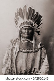 Geronimo (1829-1909), Chiricahua Apache warrior in Indian clothing and feathered headdress. 1907 .