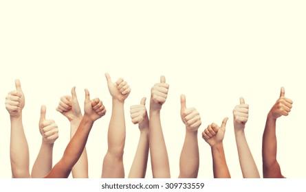 concept de gestes et de parties du corps - mains humaines montrant les pouces vers le haut