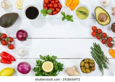 Gesunde vegane Ernährung vegan gesund Hintergrund bio Textfreiraum Copyspace clean eating Essen auf Holzbrett - Shutterstock ID 1918656971