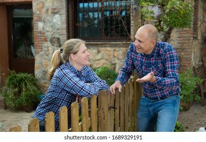 Die Nachbarn der Landhäuser im Dorf kennen lernen