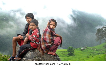 Ghorepani, Nepal - AUGUST 28, 2010: Nepali girl with her brothers saluting the photographer from his home in Ghorepani - Imagen
