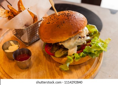 Giant (300g) hamburger with cheese, salad, and chips