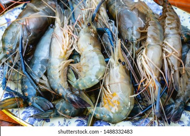 Giant river prawns (Giant freshwater prawns) is in the stall on ice in the supermarket.