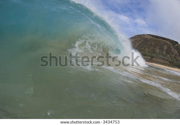 giant wave breaking in hawaii