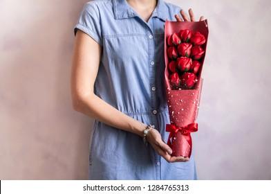 Gift bouquet: Florist girl demonstrates rose bouquet.
