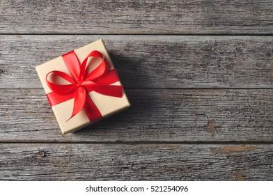 Geschenkbox auf Holzhintergrund