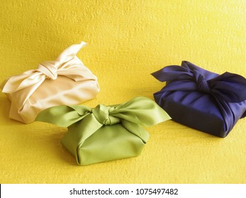 "Gift box wrapped with "" Furoshiki "" (Japanese traditional wrapping cloth)"