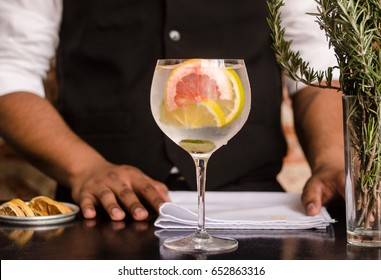 gin and tonic citric, bartender hands
