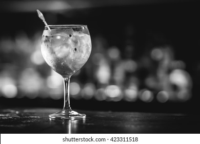 Gin tonic in a glass with ice rocks.