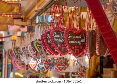"""Gingerbread heart with the german words """"Greetings from Hamburg"""""""