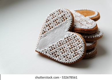 Gingerbread hearts beautifully decorated with eatable embroidery design