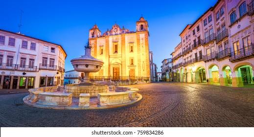 Der Giraldo Square (Praca do Giraldo) ist das Herz von Evora, Portugal. Es ist ein guter Ort, um nachts zu sitzen und ein Abendessen und einen guten Wein zu genießen.