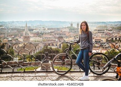 Mädchen mit Fahrrad in Rom, Italien