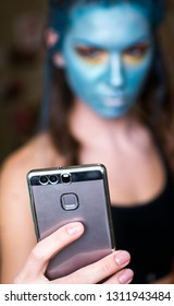 Girl blogger shoots video make-up on the phone.