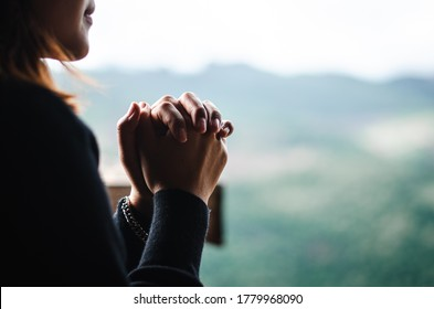The girl bowed and prayed at sunset in the mountains On a relaxing day To think of a loving God, we praise God.
