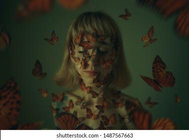 Mädchen mit Schmetterlingen. Viele Schmetterlinge sitzen auf einem Mädchen. Nahaufnahme des Porträts der schönen jungen Frau und Schmetterlinge auf ihrem Gesicht. Konzeptuelle Fotografie/Arthouse