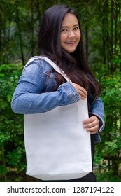 A girl carrying a recycle bag cotton fabric
