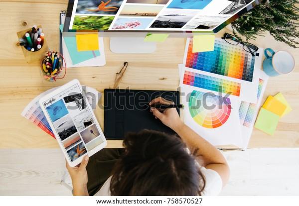 menina verificando portfólio no estúdio de design