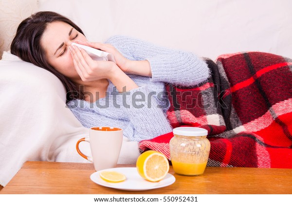 Fille à froid, sous une couverture chaude, tenant un tissu