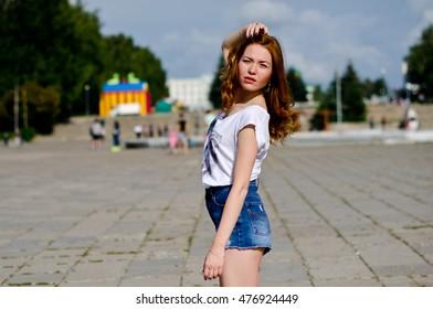 girl dancing in the city