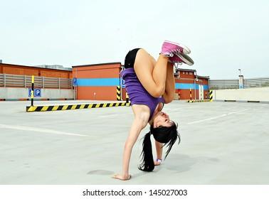 girl dancing on the street breakdance