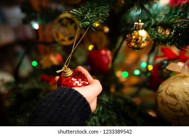 Girl to decorate the Christmas tree