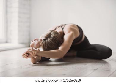 Mädchen, die Übungen machen, Yoga im Unterricht praktizieren, junge Frau meditieren zu Hause. Training, Harmonie, Training, Meditation, Yoga-Praxis, Entspannung, Erholung, Pilates, gesundes Lifestyle-Konzept