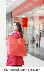 The girl doing purchase in shopping centre
