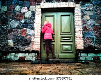 The girl at the door of the house