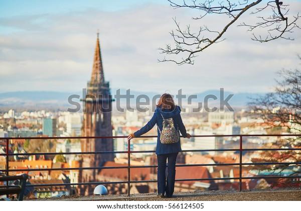 Fille jouissant d'un beau panorama sur : photo de stock ...