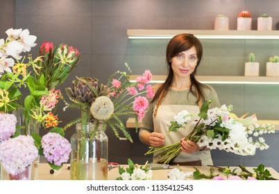 girl florist makes a bouquet