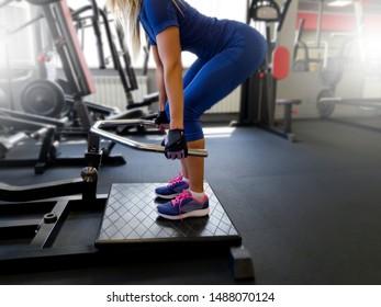 Mädchen im Fitnessraum mit Übungen