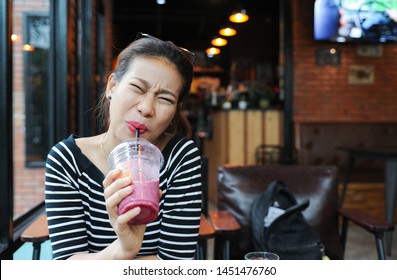 A Girl have a hypersensitive teeth wile she drink some juice,Asian Girl have a hypersensitive teeth wile she drink some smoothie,Tooth sensitivity,Sensitive teeth when eating cold food