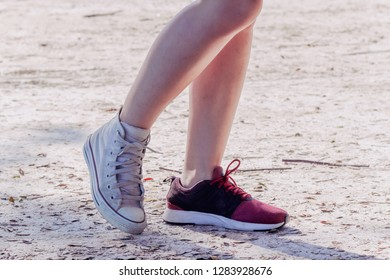 The girl was hesitant to wear a pair of shoes, so he tried to wear shoes on each side so that her lover could help decide when choosing the right shoes that should be worn on a long trip.
